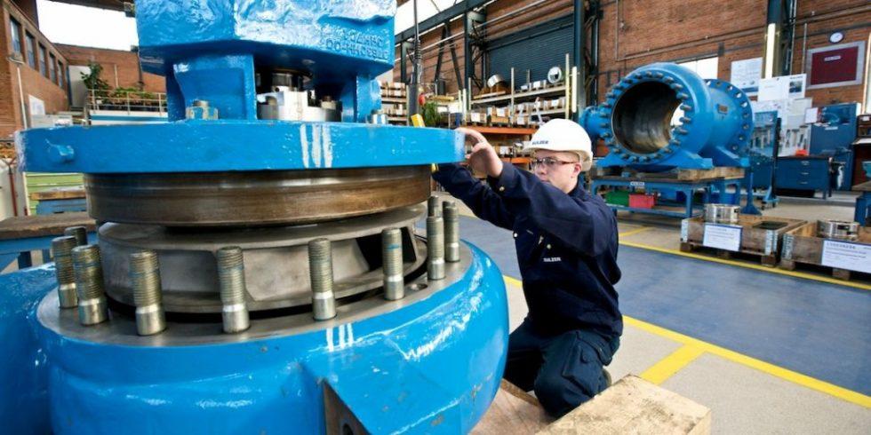 Eine Tauchmotorpumpe wird zusammengebaut. Deren hydraulischen Bauteile - das Pumpengehäuse, das Laufrad und die  Leitvorrichtung - als auch der Motor sind vom Fördermedium überflutet. Solche Pumpen werden etwa als Abwasser- oder als Entwässerungspumpe eingesetzt. Foto: Sulzer