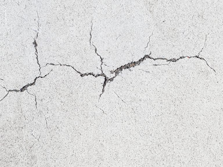 Risse in der Wand sind oft harmlos – können aber auch auf erhebliche Risiken und Mängel hindeuten. Foto: panthermedia.net/andreevaee