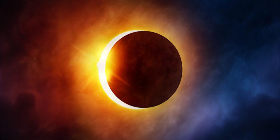 Mond schiebt sich vor Sonne