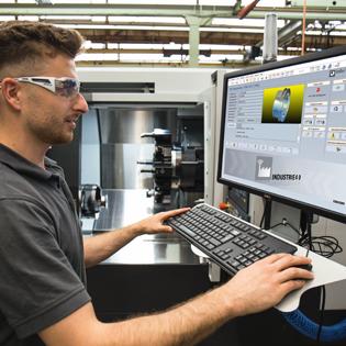 <strong>Vernetzter Shopfloor</strong> – Die Maschinenanbindung an den FactoryDIRECTOR VM findet über DNC statt. Foto: COSCOM Computer GmbH