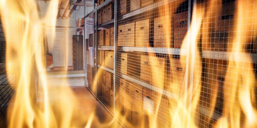 Brände in Hochregallagern können großen betrieblichen Schaden anrichten. Optimierte Ansaugrauchmelder können davor schützen. Foto: PantherMedia/ Andrey Popov