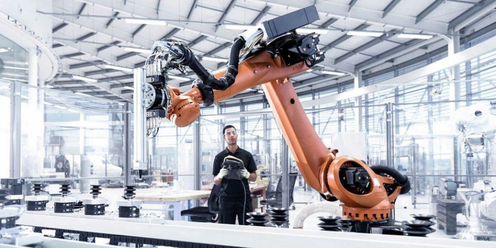 """Die Digitalveranstaltung """"automatica sprint"""" widmet sich im Rahmenprogramm den Trendthemen der Branche - wie der Mensch-Roboter-Zusammenarbeit im Schwerlast-Bereich, die zunehmend genutzt wird. Foto: Messe München"""