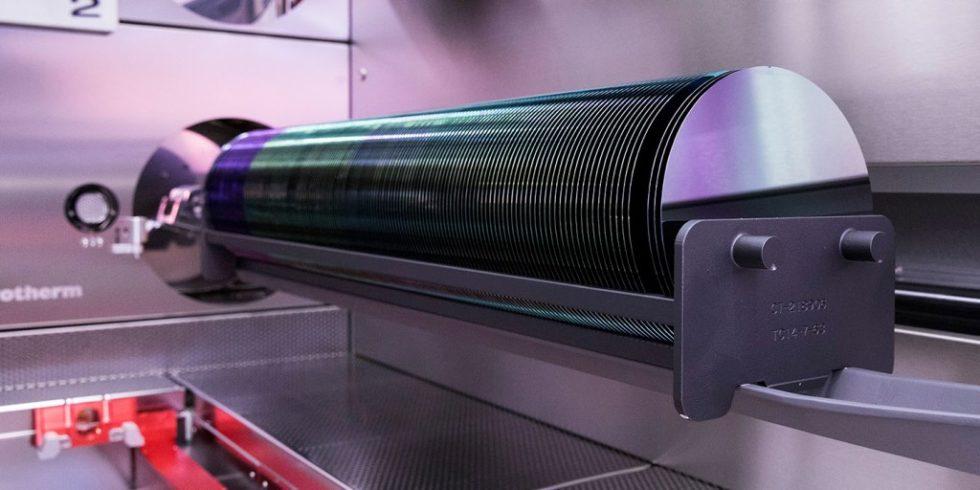 Siliziumwafer für die Halbleiterchipproduktion: Winzige Chips sind das Herz aller elektronischen Systeme, und ohne Halbleiterchips fährt künftig kein Auto mehr. Foto: Bosch/Peakboard