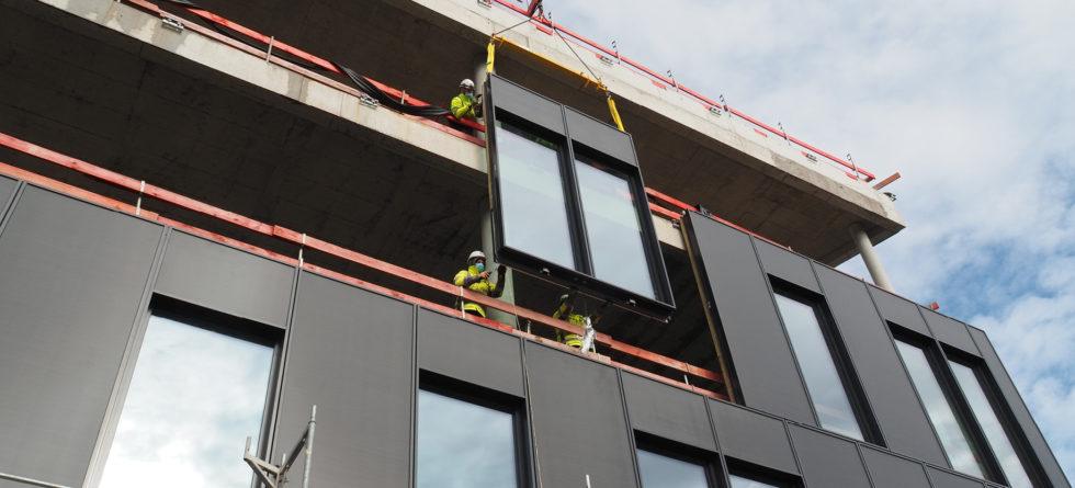 Fassade mit PV-Elementen