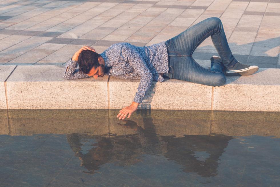 Mann über Wasserspiegelung