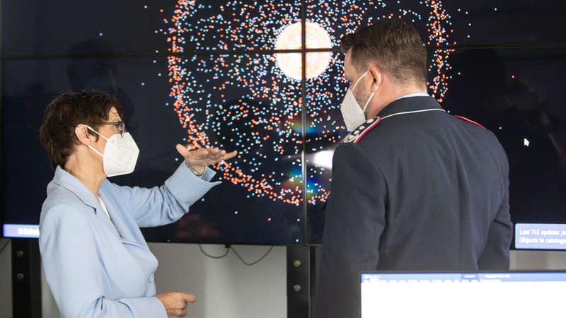 Oberst Marco Manderfeld, militärischer Leiter des Weltraumlagezentrums, im Gespräch mit der Ministerin.