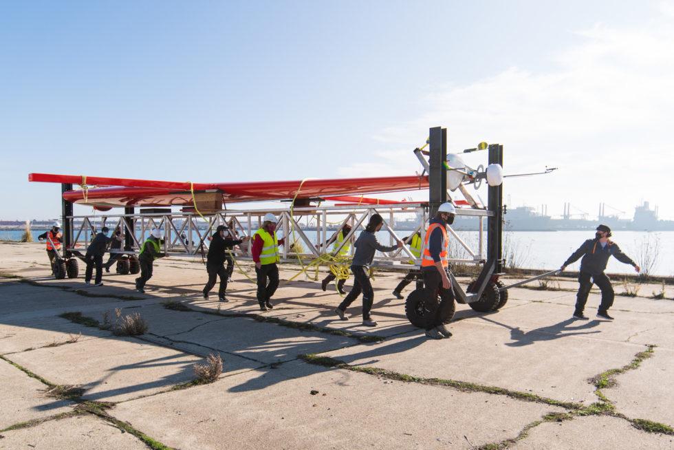 Menschen beim Tragen der Bauteile Schiff