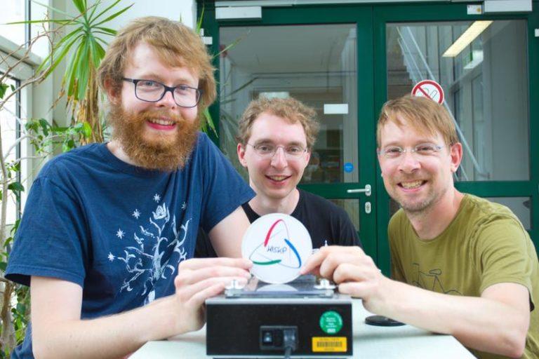 Warum fliegen Bierdeckel nie geradeaus? Sie wissen es jetzt: Christoph Schürmann, Johann Ostmeyer und Prof. Dr. Carsten Urbach (v.l.). Foto: Carsten Urbach
