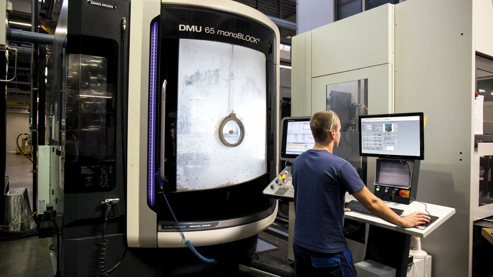 Know-how auf Knopfdruck – Durch die zentrale COSCOM ECO-System Datenplattform kann das gesamte Fertigungswissen digitalisiert werden – von der Arbeitsvorbereitung bis an die Maschinen. Die richtigen Fertigungsdaten zur richtigen Zeit am richtigen Ort! Foto: COSCOM