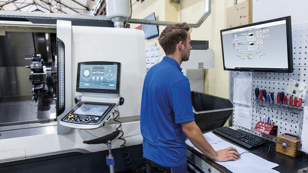Punktgenaue Information – PC Info-Points mit der COSCOM FactoryDIRECTOR VM Software sorgen für die Technologiedaten-Visualisierung an den Informations-Hotspots direkt an den Maschinen. Foto: COSCOM