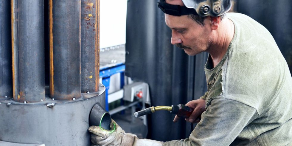 Laser projizieren die notwendigen Schweißnähte präzise direkt auf das Bauteil und erleichtern dem Schweißer die Arbeit erheblich. Das System kann auch dynamisch auf Bauteilabweichungen durch Schweißverzug reagieren. Foto: Extend3D