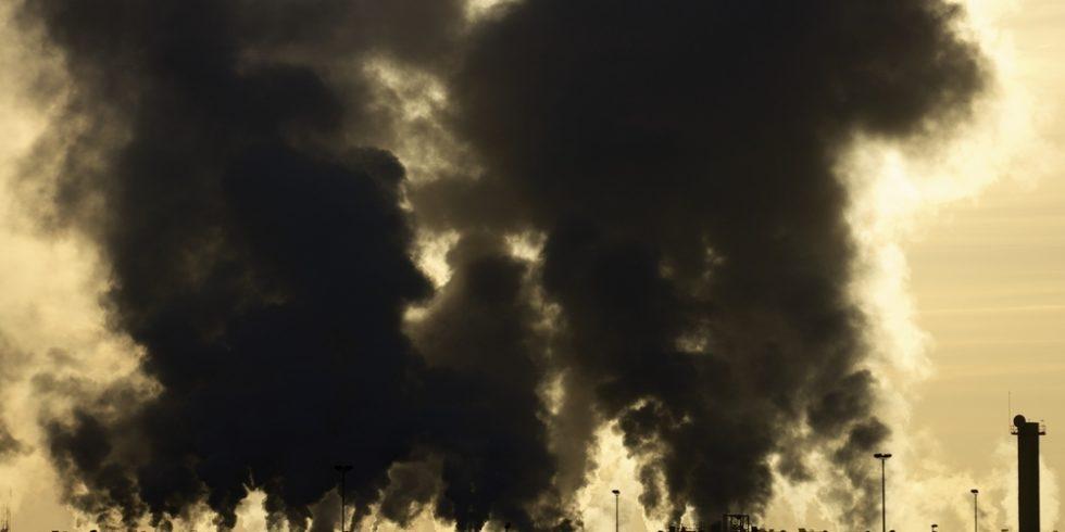 Nach der Explosion im Chempark in Leverkusen war eine gewaltige schwarze Rauchwolke in den Himmel gestiegen und hat u.a. Dioxin-, PCB- und Furanverbindungen transportiert. Foto/Symbolbild: panthermedia.net/pedro2009