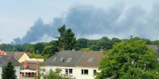 """Die riesige schwarze Rauchwolke nach der Explosion im Chempark Leverkusen war kilometerweit zu sehen. Behörden warnten eindringlich vor """"extremer Gefahr""""."""