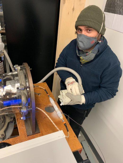 Isaac Smith im Labor: Schwierige Bedingungen in eisiger Kälte. Foto: York University/Craig Rezza