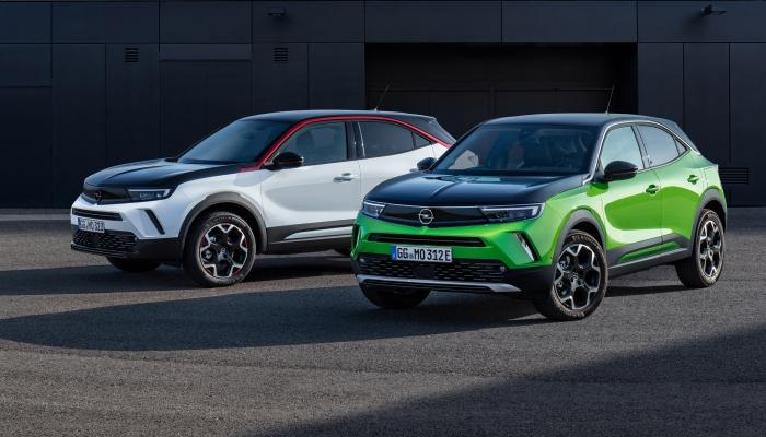 Zwei Opel Mokkas