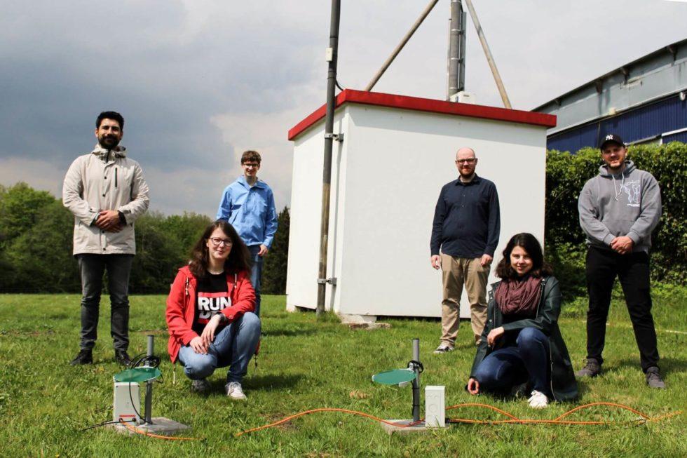 Team auf Rasen mit Sensoren