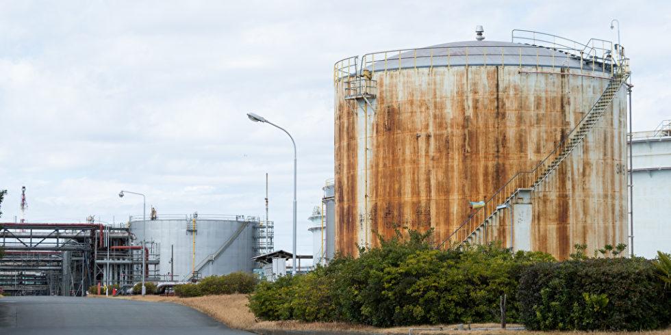 Die Explosion im Chempark in Leverkusen hat eindrücklich ins Bewusstsein gerufen: Tanklager bergen immer ein Risiko. Und je näher die Anlagen an Wohnsiedlungen liegen, desto übler die Konsequenzen von Unfällen. Foto (Symbolbild): panthermedia.net/leungchopan (YAYMicro)