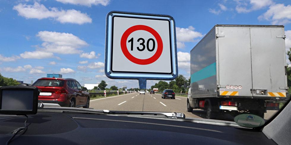 Straße mit Lkw und Pkw Schild 130