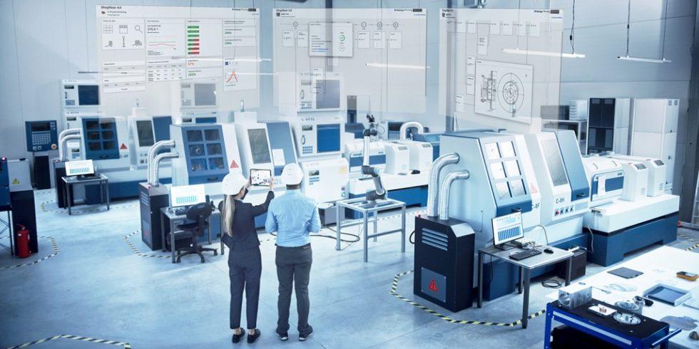 Bild 1. In BaSys überProd entstehen Lösungen für den Wandel hin zur ‧digitalisierten, flexiblen Industrie-4.0-Produktion.   Foto: iStock.com/gorodenkoff; bearbeitet durch Fraunhofer IESE