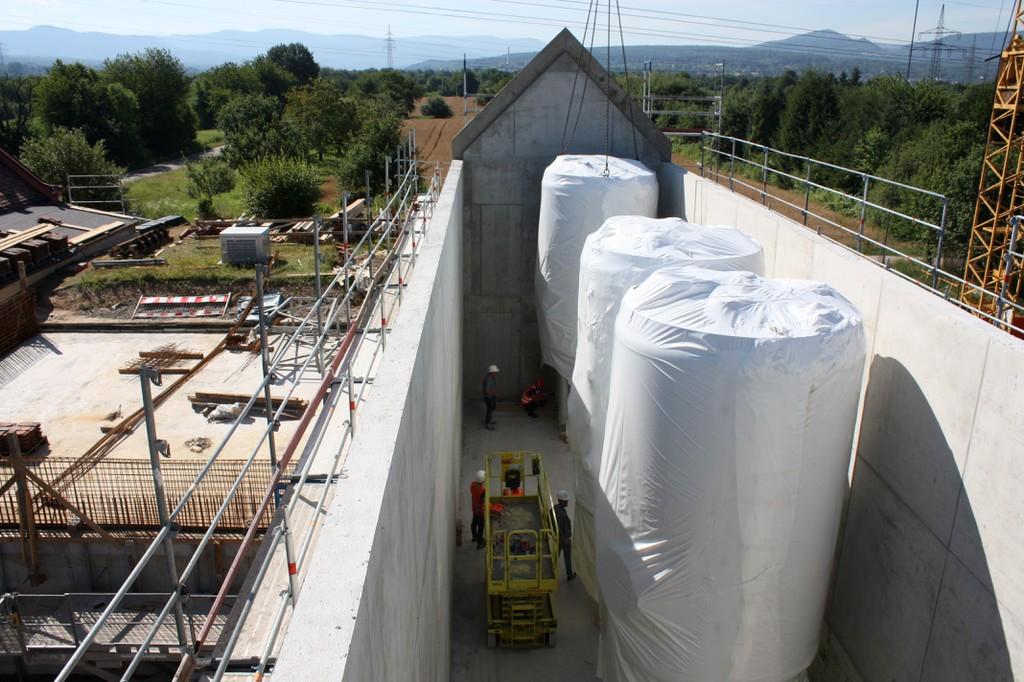 Montage der Filterkessel während der Bauarbeiten im Wasserwerk Rauental im Jahr 2017. Die Filter enthalten jetzt Aktivkohle, um PFAS zu entfernen. Foto: Stadtwerke Rastatt