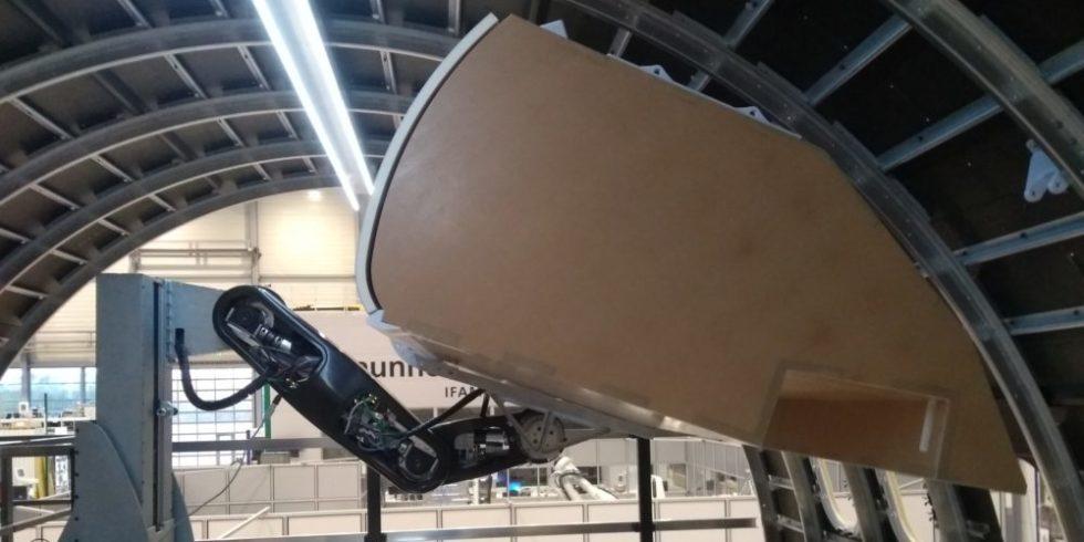 automatisierter Einbau eines Handgepäckfachs im Flugzeugrumpf