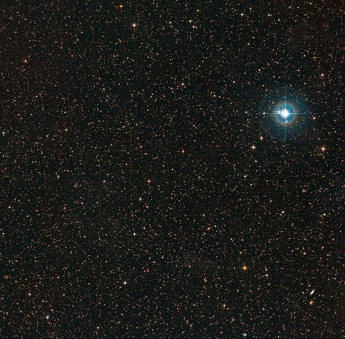 Himmel um den schwach orangefarbenen Zwergstern PDS 70 (in der Bildmitte).