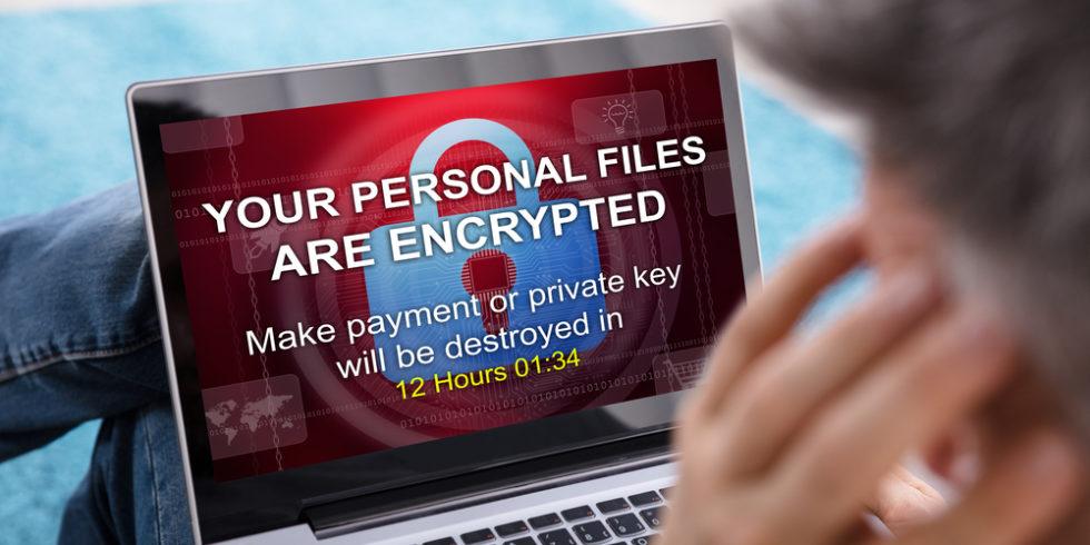 Bildschirm ransomware Mann vor gehacktem Computer
