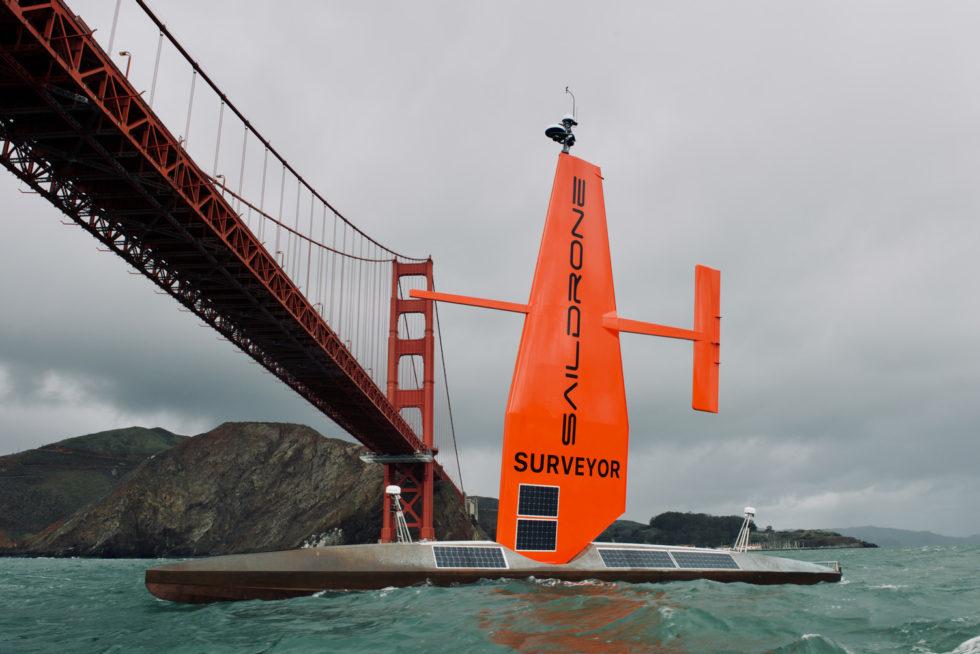 Surveyor segelt in San Francisco Brücke