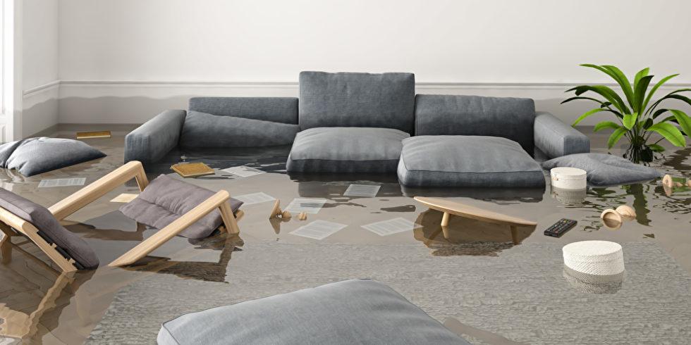 Couch versinkt im Wasser