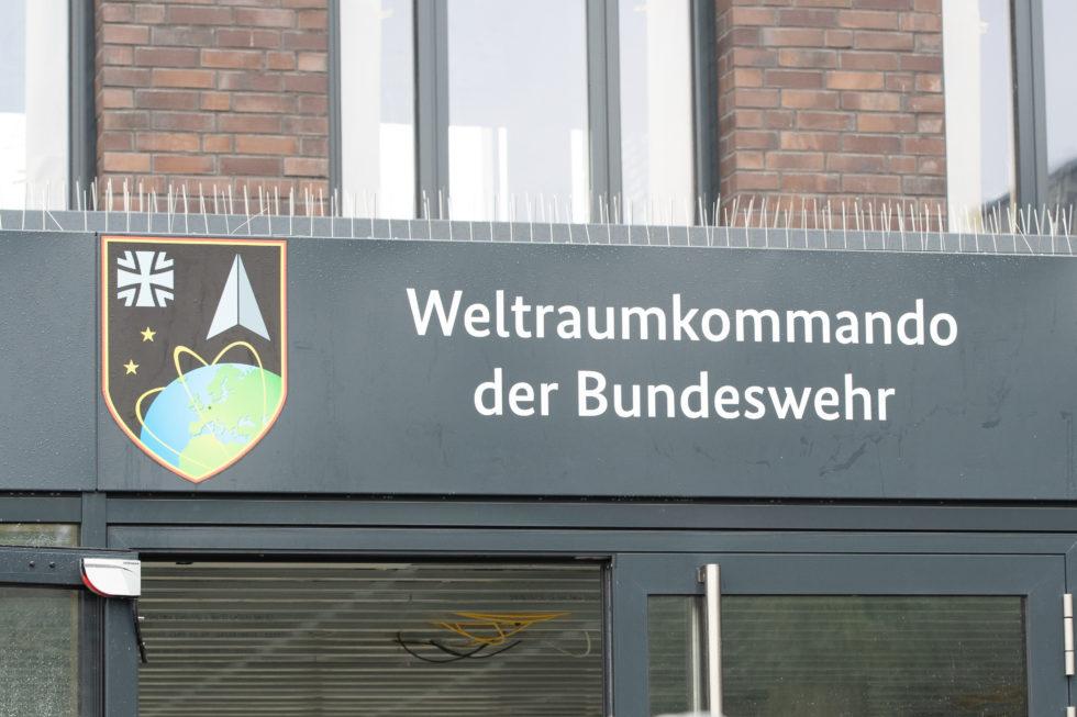 Eingang Schild Weltraumkommando Bundeswehr