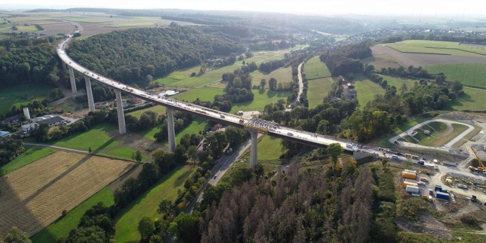 Die 785 Meter lange Aftetalbrücke wird im Frühjahr 2022 für den Verkehr freigegeben. Foto: Doka