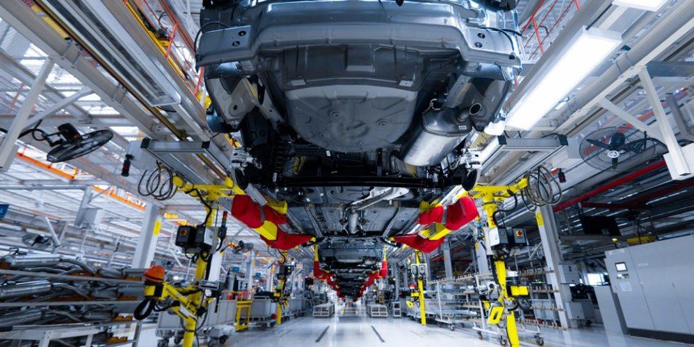 Moderne Montagelinie für Automobile: Wenn mehrere Modelle am selben Band gefertigt werden, sind Umstellungen im Ablauf äußerst kompliziert. Foto: Ivan Traimak / AdobeStock