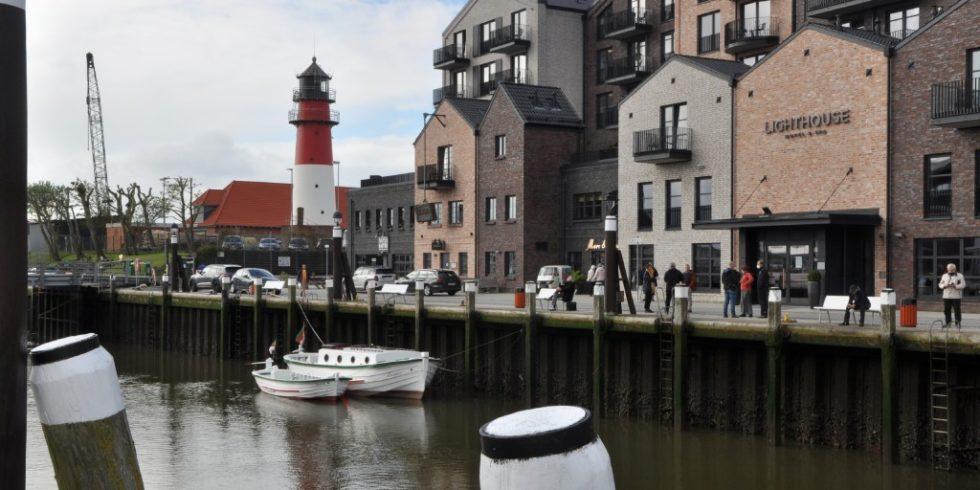 """Mit den verschiedenen Stilfassaden-Elementen passt sich das """"Lighthouse""""-Hotel Büsum der Hafenidylle an. Foto: Genath"""