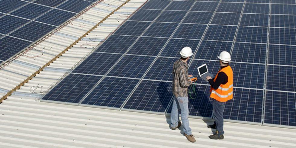 Im ersten Halbjahr 2021 ist die Nachfrage nach Solarstromanlagen deutlich gestiegen. Im gewerblichen Bereich gab es allerdings auch deutlich rückläufige Zahlen. Foto: panthermedia.net/Lucaz80