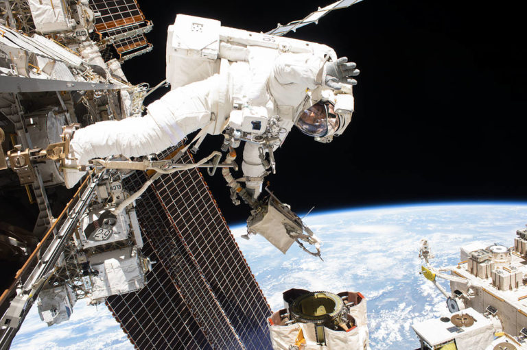 Astronaut Mark Vande Hei beim Spacewalk: Er führt Arbeiten am Roboterarm Canadarm 2 der ISS durch. Foto: Nasa