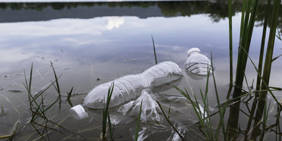 Plastikflasche in einem Fluss