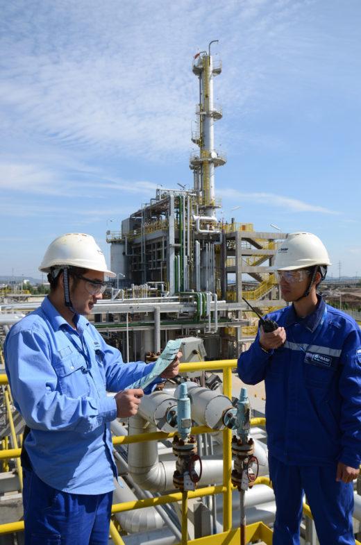 Zwei Arbeiter im Chempark