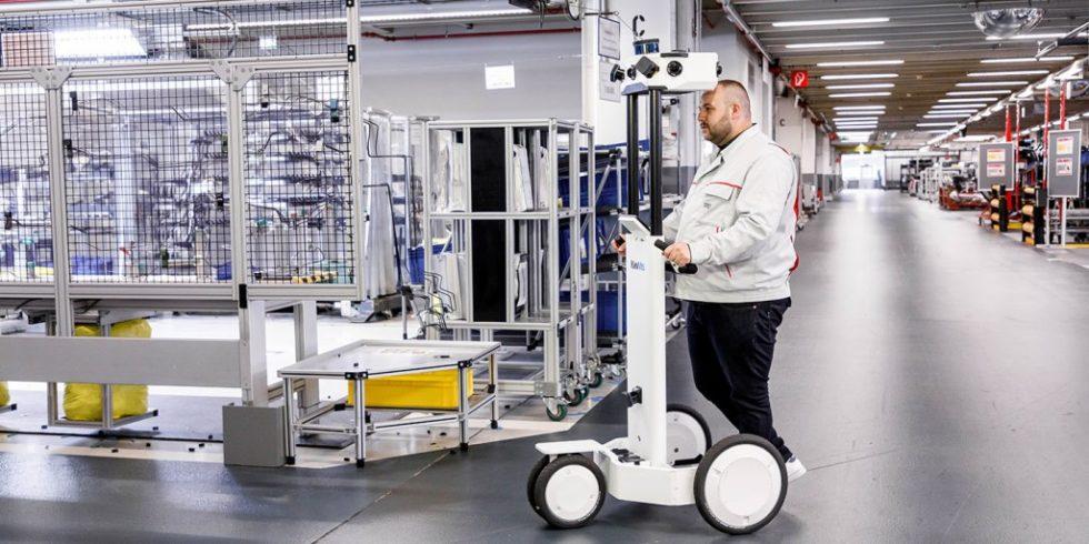 """Erfassung intelligenter, aktueller Daten zur Fabrikplanung: Der """"NavVIS M6"""" wird dazu durch den Standort geschoben. Foto: Audi"""