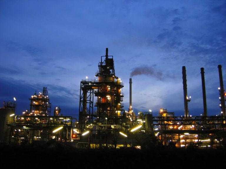 Raffinerie in Rotterdam Nachtbild
