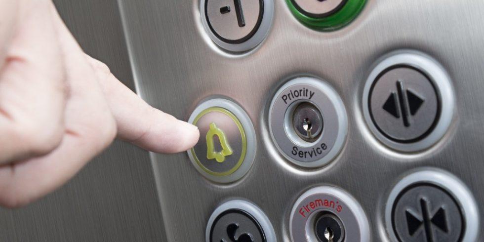 Zwei-Wege-Kommunikation: Seit Januar 2021 sind Notrufanlagen im Aufzug Pflicht.  Foto: PantherMedia/Zoff-photo
