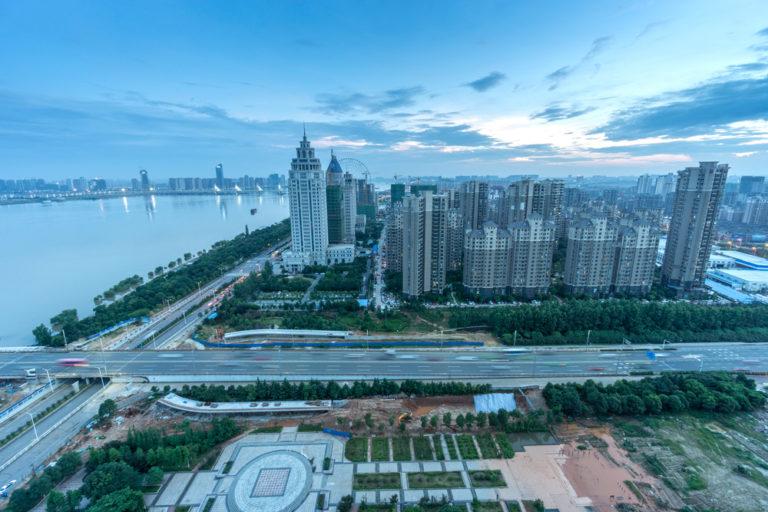 Die chinesische Metropole Wuhan: Hier traten die ersten Corona-Fälle auf, in der Stadt herrschte zeitweise ein strikter Lockdown vor. Foto: Panthermedia.net/gjp1991