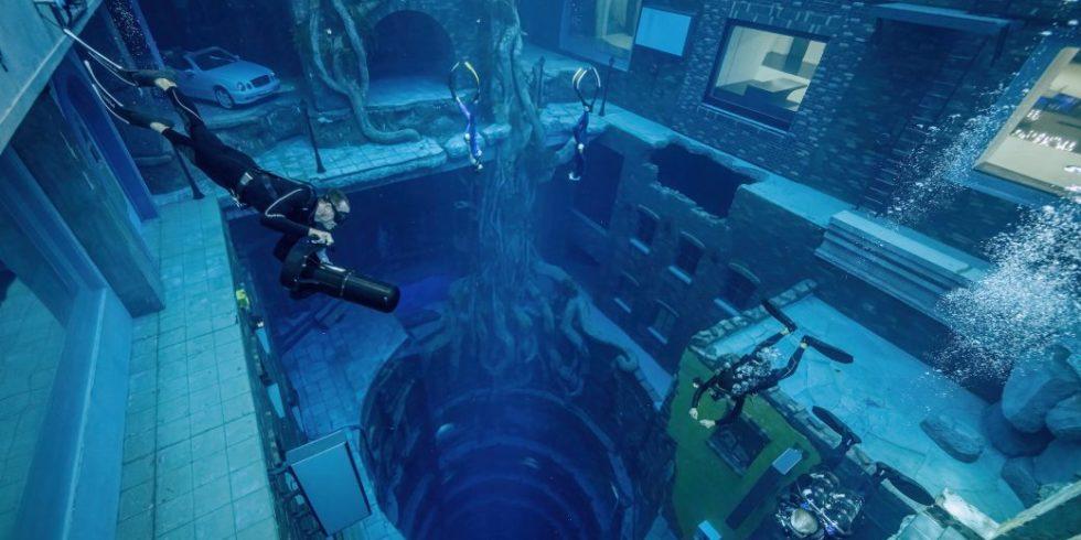Deep Dive Taucher im Wasser