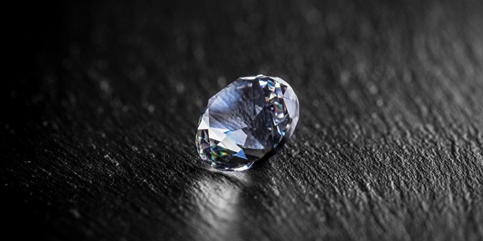 Diamant auf dunkler Fläche