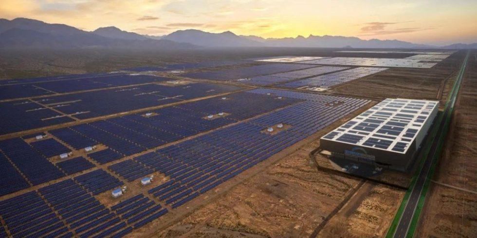 So könnte eine Anlage aussehen: Ein CO2-Speicher im Gebäude rechts neben dem Solarfeld speichert überschüssigen Strom bis er benötigt wird. Foto: energy dome