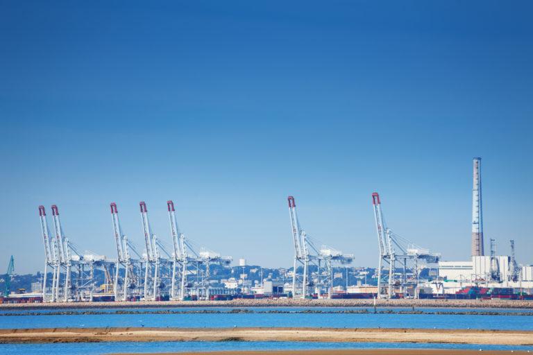 Blick auf den Hafen von le havre mit Portalkränen und Containern