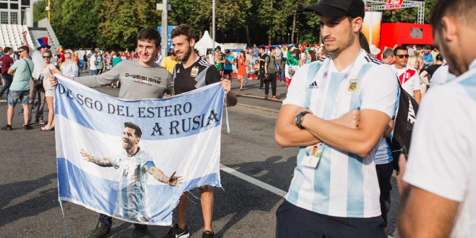 Fans mit Flagge, auf der Lionel Messi zu sehen ist