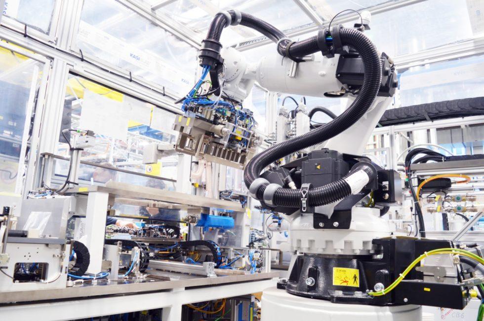 Roboter bei der Batteriefertigung. Foto: Bosch