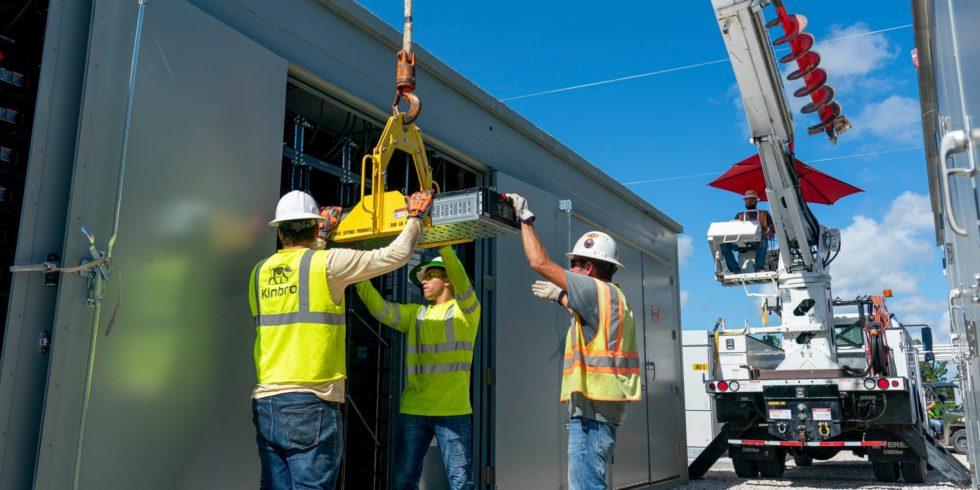 Arbeiter vor Container
