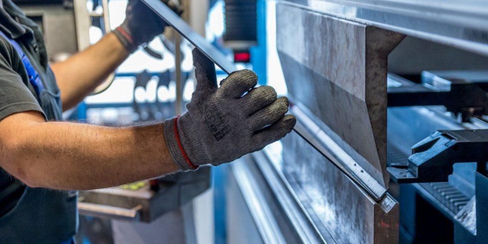 Mitarbeiter an einer Rohrbiegemaschine: Die Maschinensicherheit (und damit der Arbeitsschutz)  ist eine dauerhafte Aufgabe, die über Prüfungen, Wartungen und Instandhaltungen gewährleistet wird. Foto: pixabay