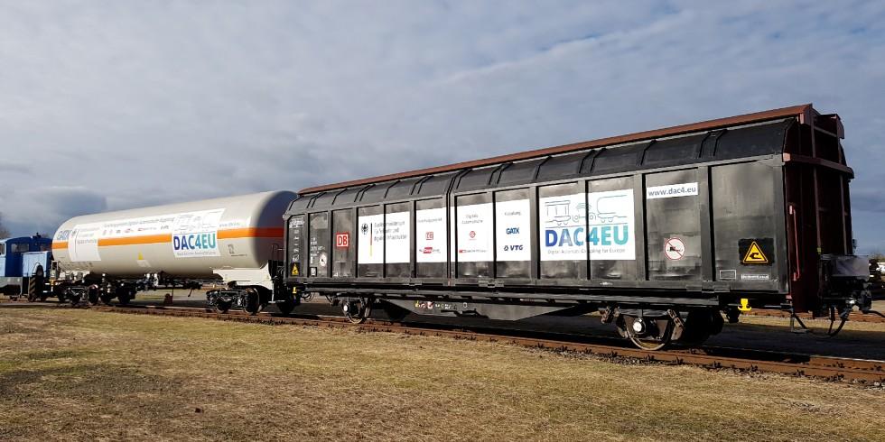 """Der erste Schritt zur DAK Typenauswahl, die als wesentlicher Baustein für mehr Güterverkehr auf der Schiene gilt, ist erreicht. Im Laufe der weiteren Tests der Digitalen Automatischen Kupplung wird in den kommenden Monaten ein """"DAK Demonstratorzug"""" vorab durch Deutschland, Österreich und durch die Schweiz fahren. Foto: DB AG"""